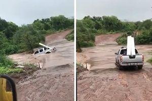 Liều mình qua suối, Nissan Navara bị nước lũ cuốn phăng