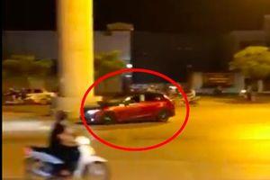Phẫn nộ xe Mazda 3 đánh võng đùa giỡn với mạng sống người đi đường