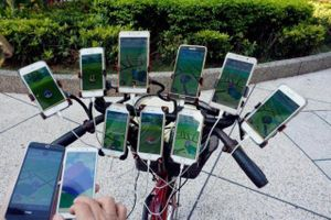 SỐC: Cụ ông 70 tuổi gắn 11 smartphone vào xe đạp để săn Pokemon