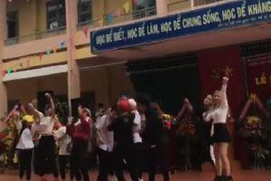Bức xúc học sinh biến lễ khai giảng thành cái chợ, diện váy ngắn tóc đỏ nhảy nhót như lên bar