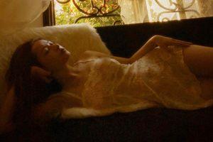 Chi Pu gây sốc khi diện váy ngủ xuyên thấu không nội y