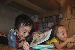 Ước mơ bình dị của hai anh em bị xương thủy tinh đến trường bằng đôi chân của mẹ