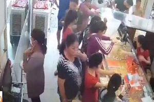 Giả vờ làm khách mua hàng, người phụ nữ trộm dây chuyền nhanh như chớp