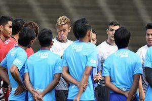 HLV Keisuke Honda ra mắt ở buổi tập của ĐT Campuchia, chuẩn bị cho AFF Cup