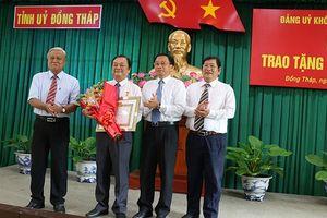 Trao huy hiệu 30 năm tuổi đảng cho Bí thư vùng đất Sen hồng
