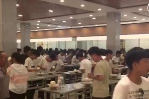 Trường học bắt học sinh đứng ăn để tiết kiệm thời gian