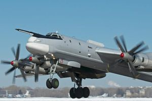 F-22 Raptor Mỹ bám sát Tu-95 Bear Nga ở Bắc Cực
