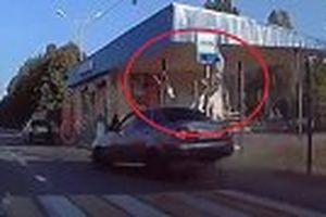 Khoảnh khắc ô tô phóng tốc độ cực cao tại Nga, hất văng 3 mẹ con lên trời