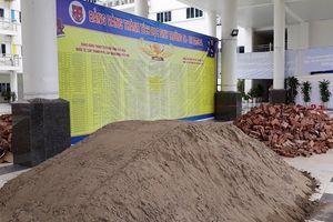 Tại sao lùm xùm đổ gạch cát trong sân trường trước ngày khai giảng?