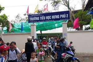 Thắc mắc về sách Tiếng Việt công nghệ, nhiều phụ huynh kéo tới trường