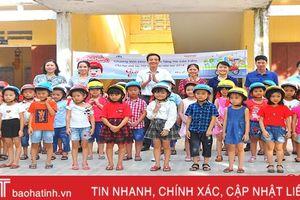 Honda Việt Nam tặng hơn 2.200 mũ bảo cho học sinh Hương Sơn