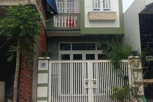 Hai căn nhà trùng số bị tạt nước sơn