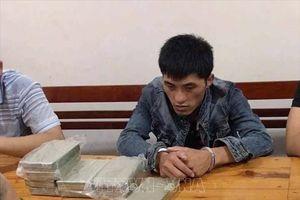 Bắt quả tang đối tượng người Lào vận chuyển 10 bánh heroin và 1 kg ma túy đá