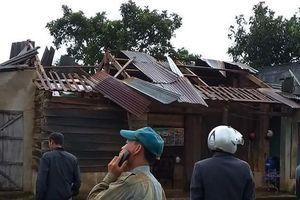 Lốc xoáy kinh hoàng cuốn bay hàng chục mái nhà