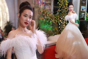 Mặc tin đồn bầu bí Nhã Phương xuất hiện xinh như công chúa với đầm trắng tại sự kiện