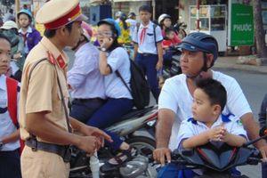 Xử lý nghiêm hành vi chở trẻ em đi xe máy không đội MBH
