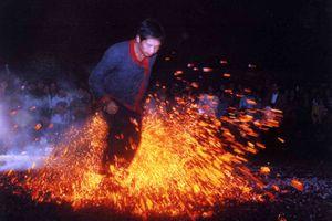 Xem nhảy lửa tại lễ hội thành Tuyên