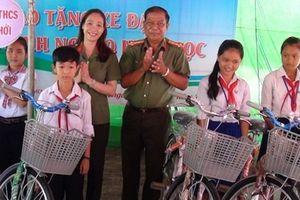 Công an Trà Vinh tặng 100 xe đạp cho học sinh nghèo