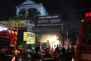 Cháy cửa hàng phụ tùng ô tô ở Sài Gòn