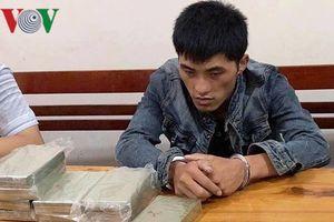 Bị bắt khi đang 'cõng' 10 bánh heroin và 1kg ma túy đá