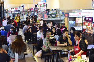 Cảnh nhộn nhịp khách khu ẩm thực ở chợ ngầm giữa trung tâm Sài Gòn