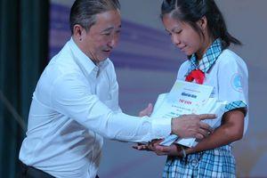 Những giọt nước mắt ở lễ trao học bổng 'Chắp cánh ước mơ'