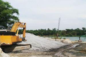 Nhiều bãi tập kết cát, sỏi trái phép ngang nhiên hoạt động