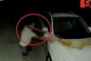 Bắt quả tang người đàn ông nửa đêm lén lút đổ nước tiểu lên xe hàng xóm