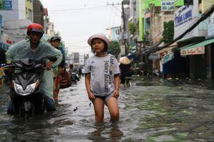 Mưa lớn chiều thứ bảy, người Sài Gòn lội nước chật vật