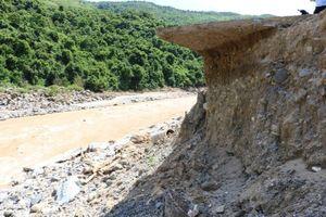 Sạt lở nghiêm trọng sát chân đập thủy điện Nậm Mô