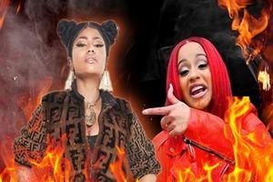 Clip: Cardi B 'ném thẳng chiếc guốc' vào Nicki Minaj tại sự kiện: 'cuộc chiến' bắt đầu!