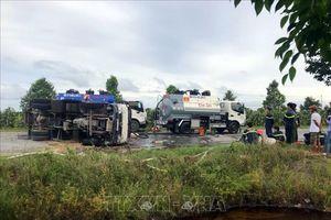 Xe chở hơn 6.000 lít xăng bị lật trên Quốc lộ 61C