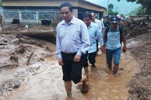 Trưởng ban tổ chức Trung ương lội bùn thăm bà con vùng lũ