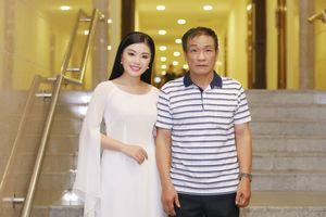 Sao Mai Thu Hằng được bố 'hộ tống' đi diễn show về tình cảm gia đình