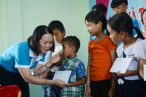 Hàng trăm phần quà, học bổng đến với phụ nữ và trẻ em biên giới Đắk Lắk