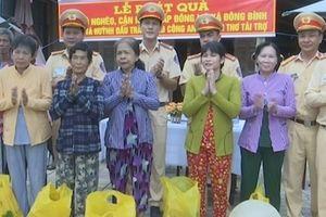 Công an TP Cần Thơ tặng 100 phần quà cho người nghèo Bình Minh