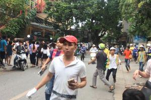 Clip: Tòa nhà rung lắc nghi động đất, dân Hà Nội tháo chạy