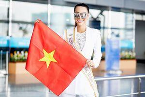 Khả Trang mang hành lý nặng hàng trăm kilogram đến 'Siêu mẫu Quốc tế 2018'