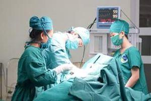 Bác sĩ giật mình thấy khối u khổng lồ trong bụng bệnh nhân