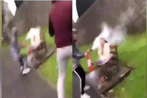 Phẫn nộ clip nhóm thanh niên cầm bình cứu hỏa xịt vào mặt người phụ nữ
