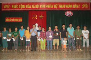 Đảng ủy khối doanh nghiệp tỉnh thăm, tặng quà cho đồng bào và một số đơn vị bị thiệt hại bởi lũ lụt tại huyện Quan Hóa