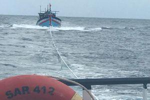 Vượt sóng cứu 8 ngư dân gặp nạn cách bờ 130 hải lý