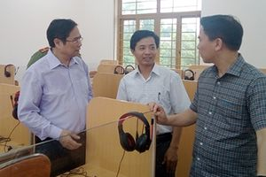 Trưởng Ban Tổ chức Trung ương Phạm Minh Chính thăm, tặng quà nhân dân vùng lũ