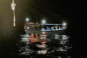 Cứu tàu cá cùng 8 thuyền viên gặp nạn