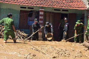 Công an các huyện Mường Lát, Quan Hóa giúp nhân dân khắc phục hậu quả mưa lũ