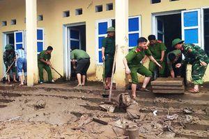 Công an dầm mình trong bùn lầy giúp người dân khắc phục hậu quả lũ lụt