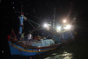 Bị sóng nhấn chìm, 10 ngư dân phải dùng can nhựa bám trụ 1 giờ trên biển