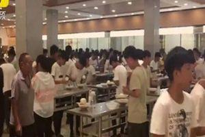 Trường học ở Trung Quốc bị chỉ trích nặng nề vì bắt học sinh đứng ăn