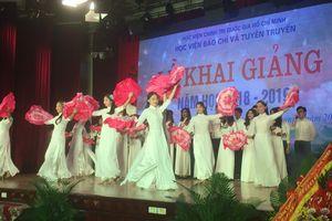 Hơn 2.000 tân SV 'Trường báo' bước vào năm học mới