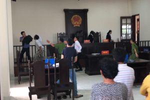 'Bát nháo' ở phiên tòa